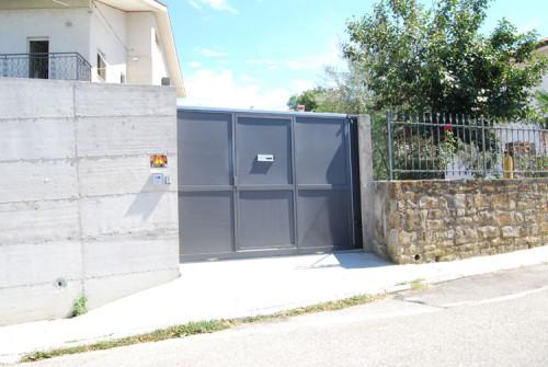 Cancello scorrevole automatico con porta pedonale e fotocoste sensibili